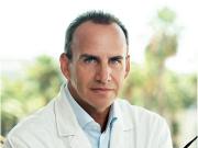 Доктор Висенте Паломе, Пластический хирург.